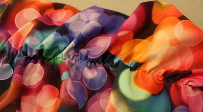 Jerseykjole med rynkede raglandermer