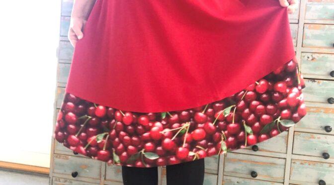 Rød jersey kirsebærkjole