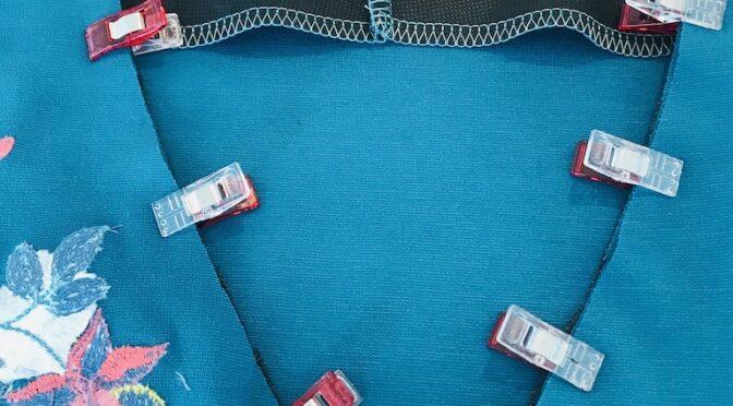 Jerseykjole med broderi – slik syr du kjolen